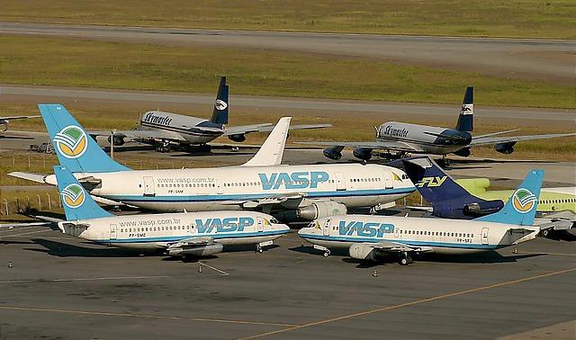 AIRBUS A300, B-737.2A1 E B-737/300 DA VASP PARADOS NO AEROPORTO INTERNACIONAL DE GUARULHOS, SÃO PAULO - 06 DE MAIO DE 2005 - AO FUNDO OBSERVA-SE UM DC-8F E UM B-707F DA EMPRESA CARGUEIRA SKYMASTER E AO LADO UM B-727/200 DA EXTINTA FLY LINHAS AÉREAS - Crédito: Fábio Laranjeira
