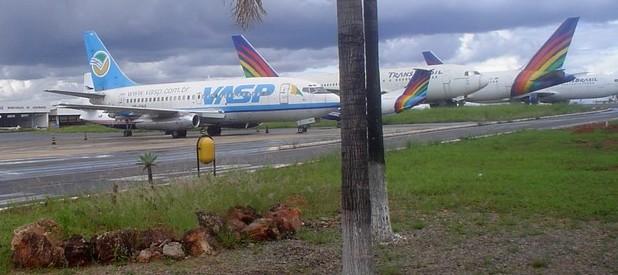BOEING 737.200, PREFIXO PP-SNA, JUNTO A AERONAVES DA TRANSBRASIL - AEROPORTO DE BRASÍLIA, 29.12.2005 - CRÉDITO/FOTO: Fernando Toscano