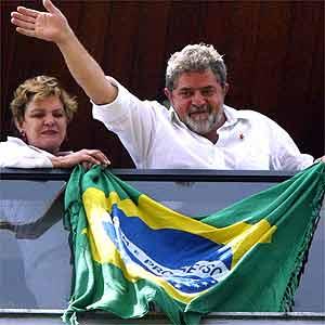 """""""Lula"""", acompanhado de sua esposa Marisa, acena aos seus eleitores, em São Paulo - 27.10.2002"""